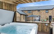 Undercover hot tub & courtyard