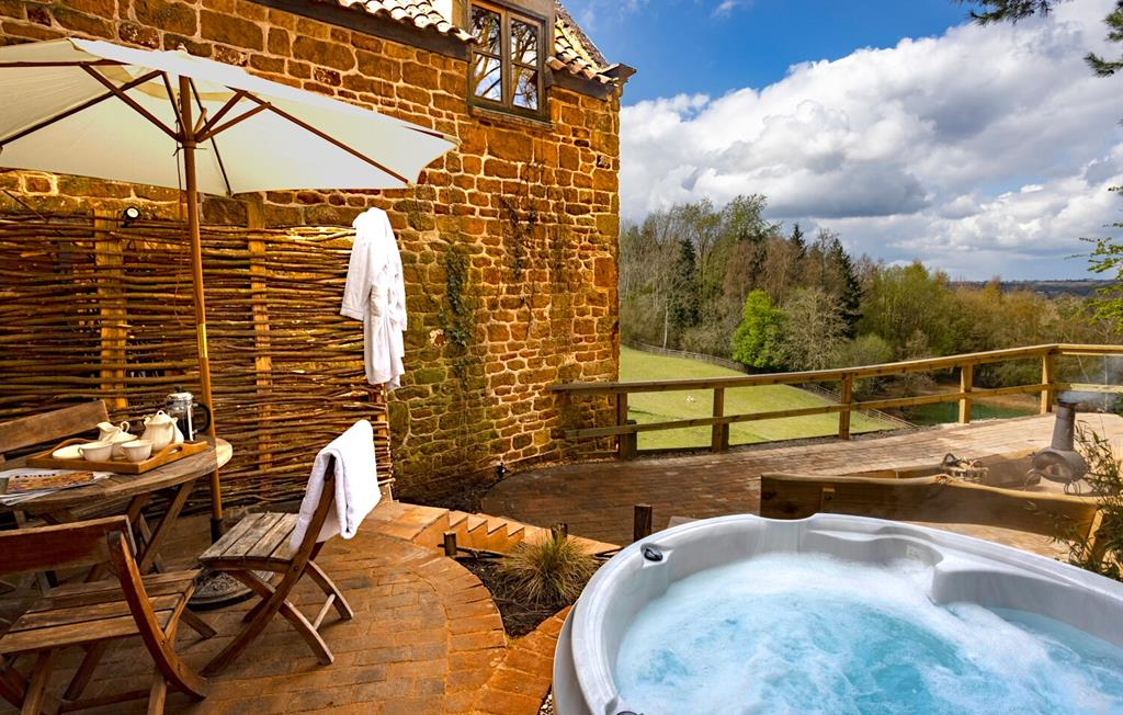 Chestnut private garden with hot tub