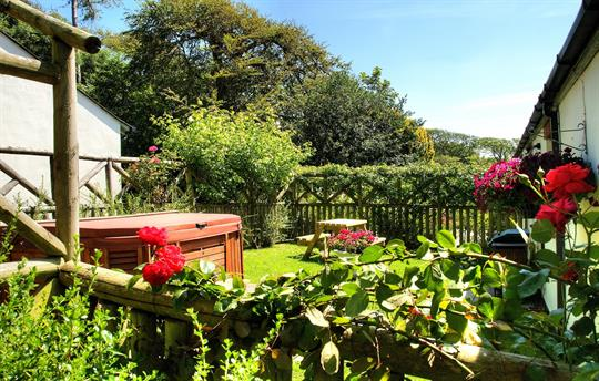 Kingfisher Cottage - garden hot tub