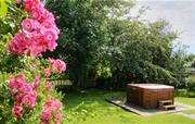 Woodlark Cottage - garden hot tub