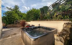 Old Farmhouse private hot tub