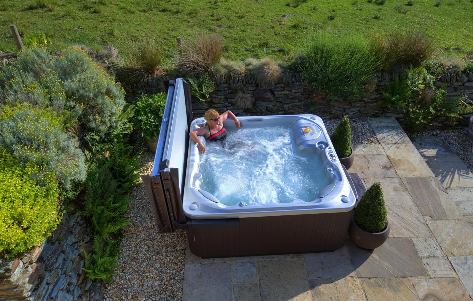 Apple House hot tub