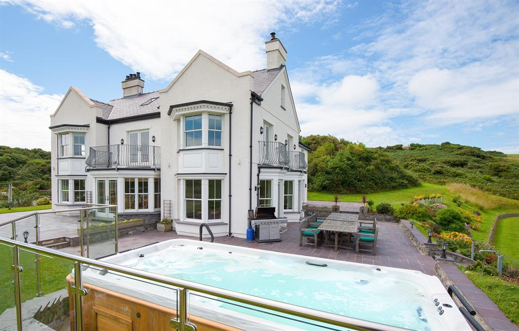 Llanlliana House and hot tub