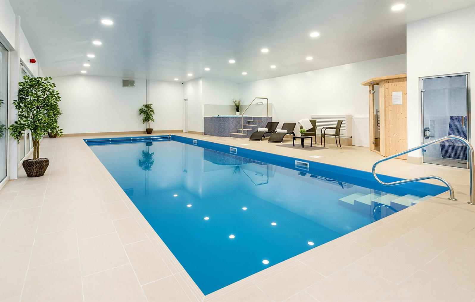 Indoor swimming pool, Sauna, Steam,