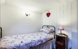 Cosy single bedroom with centuries