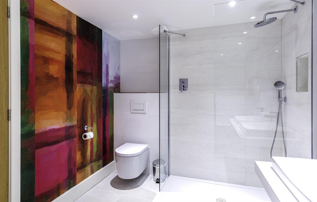 Designer wallpaper in the bathroom